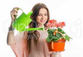 Mädchen gießt eine Topfpflanze