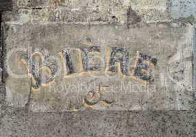schriftzug bier auf alter mauer type beer on an old wall