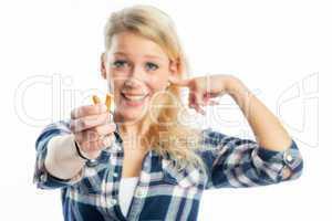 Frau mit Ohrenstöpsel