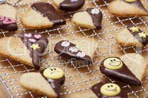 plätzchen mit schokoladenüberzug und zuckerdekor