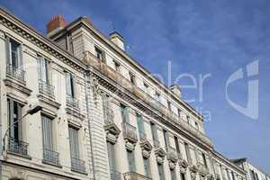Fassade eines alten Wohngebäudes in Avignon, Frankreich