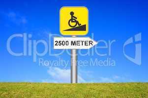 Schild Wegweiser: Rollstuhlrampe 2500 Meter