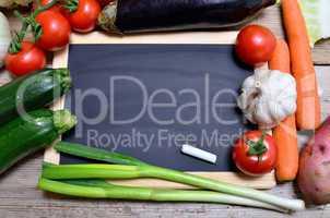 tafel frisches gemüse auf holzbrett