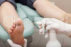 füße werden mit reiniger besprüht