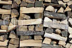 frisch gehacktes brenn holz für den kamin