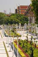 Bangkok, Park, Anlage, Garten, Parkanlage, Beet, Beete, Laternen, rot, gelb, grün, Wat, Tempel, Architektur, baum, buddhismus, heilig, religion, religiös, thailand, Südostasien,