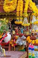 Schrein, Holz, weiß, rot, beten, wat, altar, Opfergaben, Tempel, Buddha, buddhismus, geschmückt, gebet, meditation, religion, religiös, skulptur, statue, thailand, krabi, poda, insel, verehrung, vergoldet, Erleuchtung, Wiedergeburt, Sockel, sehenswürdigke