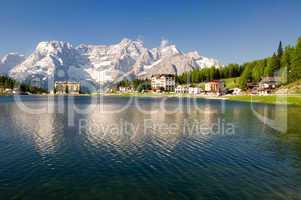 Lago, Misurina, Südtirol, Dolomiten, See, Straße, Bergsee, alpen, dolomiten, hochgebirge, Schnee, bedeckt, Felsen, Berggipfel, kalkalpen, norditalien, Himmel, blau, türkis, bergwandern, wandern, aktivurlaub, Seeblick, bergblick, Berg,  berge, Gebirgskette