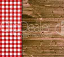 Holz-Hintergrund und Tischdecke mit rot-weißen Karos