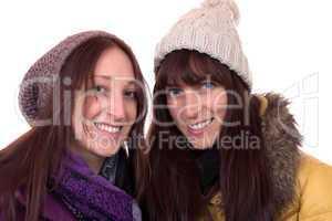 Zwei junge Frauen im Winter mit Mütze und Schal