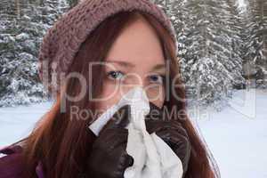 Junge Frau hat eine Erkältung oder Schnupfen