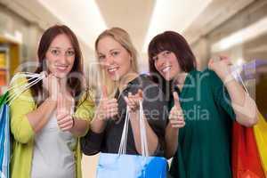 gruppe junger frauen beim einkaufen in shopping mall mit einkauf