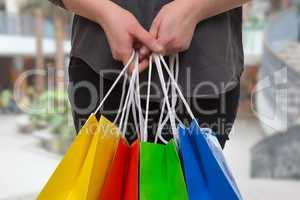 eine frau hält bunte einkaufstaschen in einer shopping mall in
