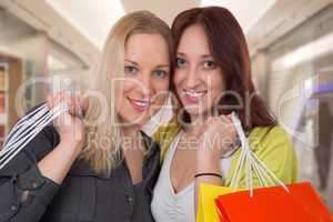 zwei freundinnen beim einkaufen in shopping mall
