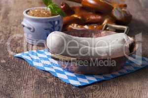 bayerische weißwurst im kupfertopf