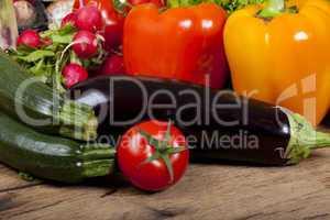 zucchinis und anderes gemüse vom markt