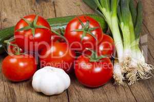 frische tomaten und frühlingszwiebeln