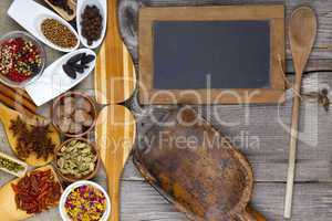 gewürze neben tafel, kochlöffel und mehlschaufel