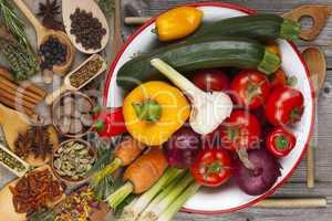 frisches gemüse, kräuter und gewürze