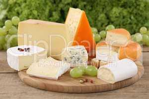Auswahl an Käse wie Camembert, Bergkäse und Schweizer Käse