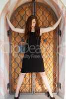 Modell posiert vor der Tür