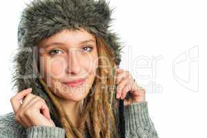 Junge Frau mit Fellmütze