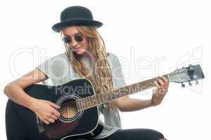 Junge Frau mit Hut und Gitarre