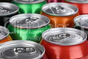 Getränke wie Cola und Limonade in Dosen