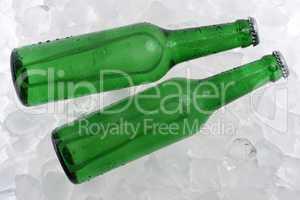 Kalte Biere in Flaschen auf Eis