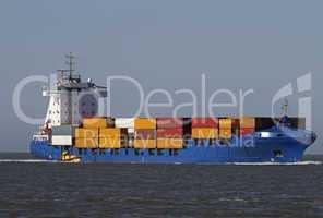 Containerschiff mit Lotsenboot
