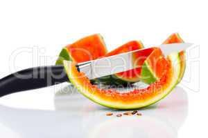 Küchenmesser und Stücke einer Wassermelone
