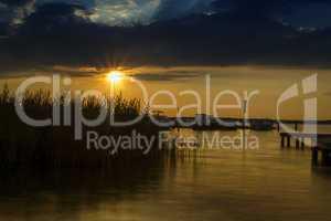 Kleiner Yachthafen bei Sonnenuntergang