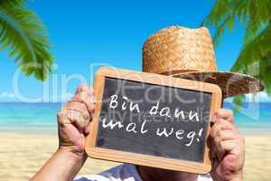 Hände hält Tafel hoch, mit dem Text: Bin dann mal weg!