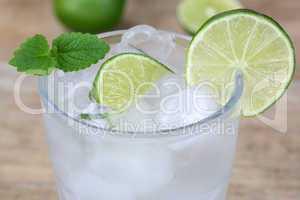 Kaltes Mineralwasser Getränk im Glas mit Limette