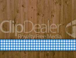 Holzbretter mit blau-weiß kariertem Streifen
