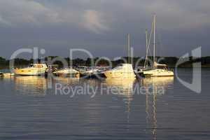 Kleiner Yachthafen in der Abendsonne.