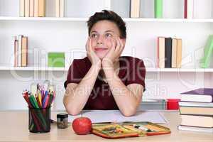 Junge träumt im Unterricht in der Schule
