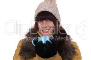 Junge Frau im Winter beim Trinken einer heißen Tasse Tee