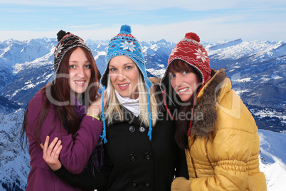 Gruppe von jungen Frauen im Winter die lachen in den Bergen