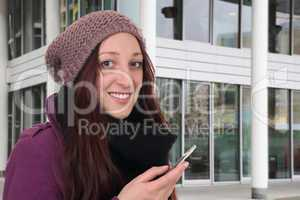 Junge Frau beim Telefonieren mit Smartphone oder Handy draußen