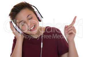 Teenager Junge mit Kopfhörer beim Musik hören