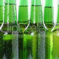 Kaltes Bier Getränk in Flaschen mit Wassertropfen