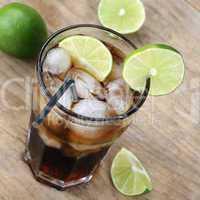 Kalte Cola Getränk im Glas mit Limetten