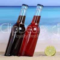 Cola und Limonade Getränke am Strand im Sand