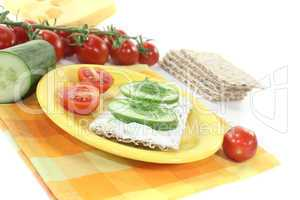 Knäckebrot mit Frischkäse und Gurke