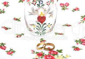 Arrangement with wedding rings