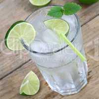 Wasser oder Limonade Getränk mit Eiswürfeln