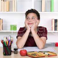 Junge beim Träumen und Denken im Unterricht in der Schule