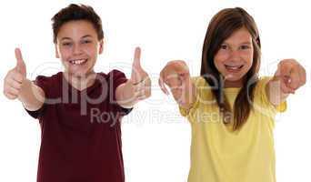 Lachende Kinder sind erfolgreich und zeigen Daumen hoch