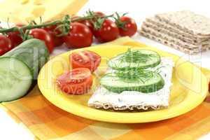 Knäckebrot mit Frischkäse, Gurke und Dill